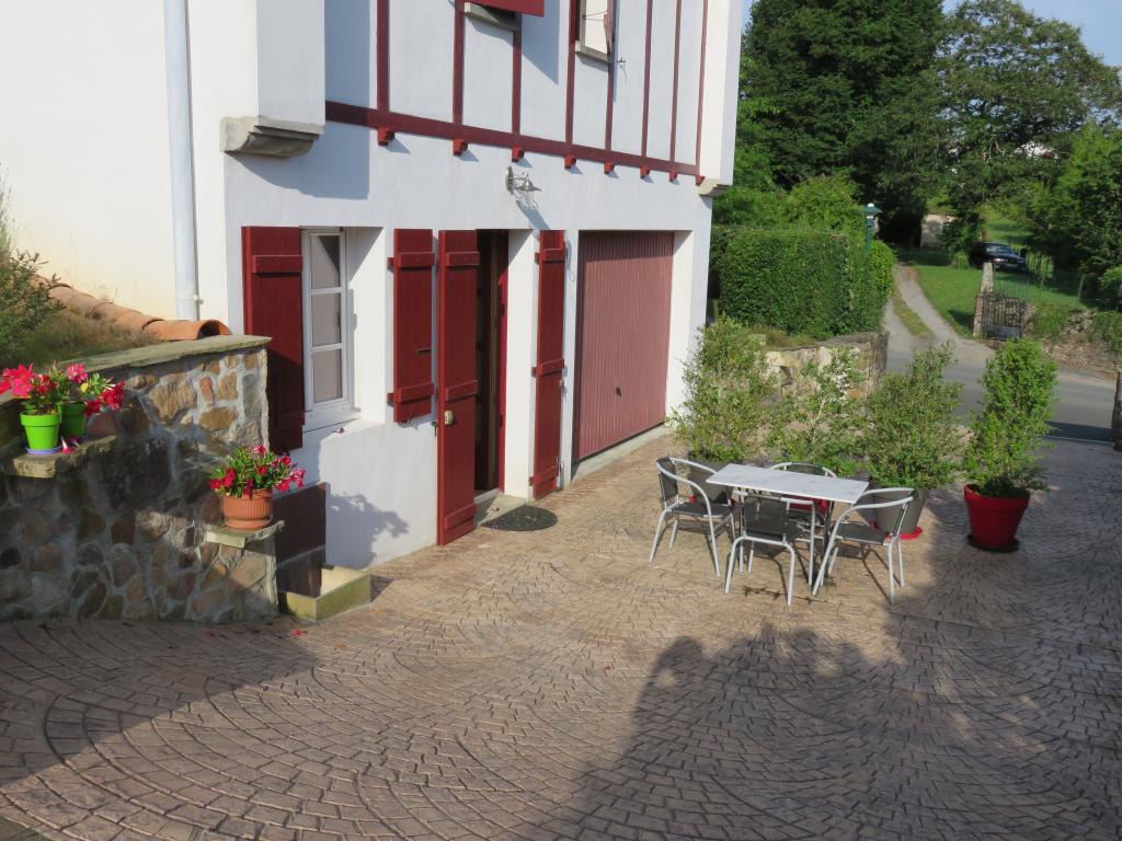 appartement dans maison pour 3 personnes ainhoa ainhoa location pays basque 64. Black Bedroom Furniture Sets. Home Design Ideas