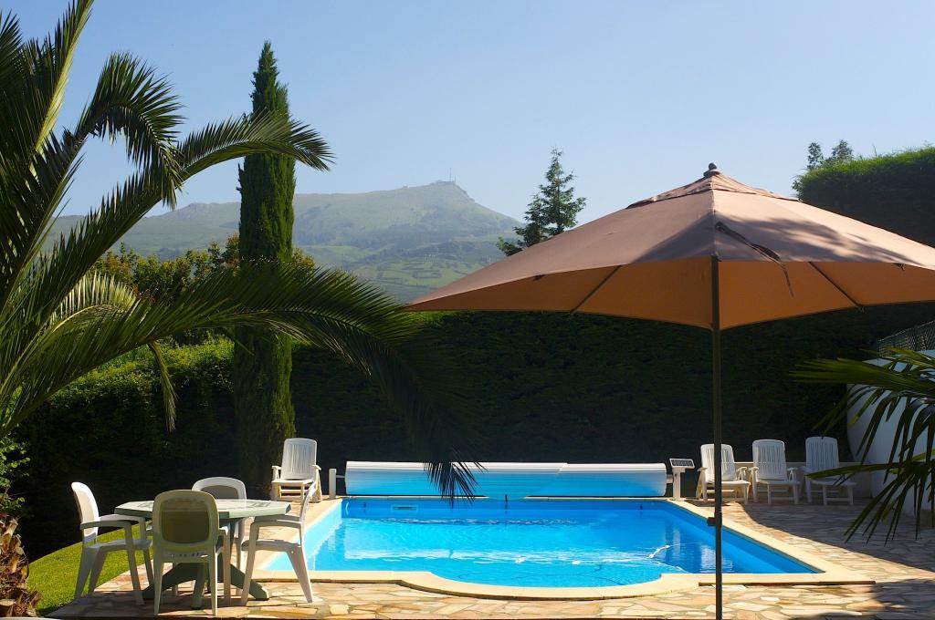 Maison pour 11 personnes ascain avec piscine et vue for Location villa pays basque avec piscine