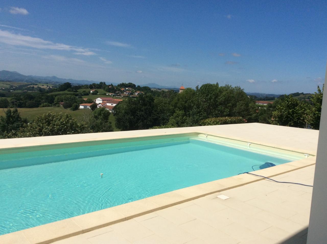 G te au c ur du pays basque avec piscine chauff e vue for Piscine chauffee