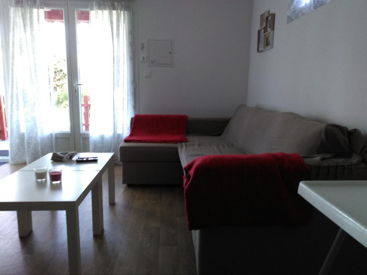 joli appartement t2 sur les hauteurs d 39 hendaye avec parking wifi terrasse hendaye location. Black Bedroom Furniture Sets. Home Design Ideas
