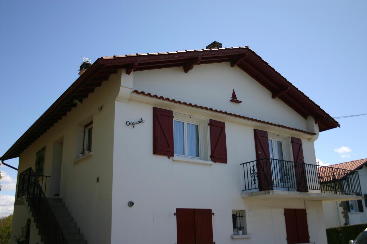 hendaye appartement t4 lumineux au 1er tage d une maison basque vue sur la rhune 1 8 km. Black Bedroom Furniture Sets. Home Design Ideas