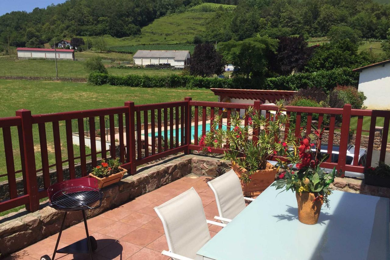 G te pour 2 3 personnes irouleguy avec piscine et vue for Vacances d ete a la montagne avec piscine
