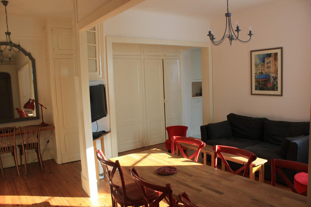 appartement avec terrasse et box plage de st de luz 200 m tres saint jean de luz location. Black Bedroom Furniture Sets. Home Design Ideas
