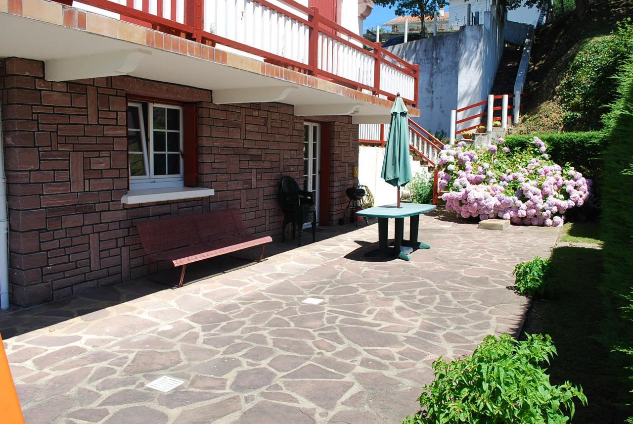 t2 dans maison saint p e sur nivelle saint p e sur nivelle location pays basque 64. Black Bedroom Furniture Sets. Home Design Ideas
