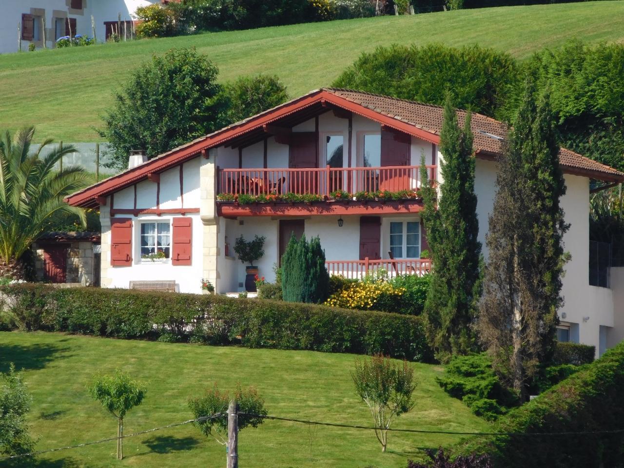 maison pays basque top maison pices au pays basque with maison pays basque top une maison. Black Bedroom Furniture Sets. Home Design Ideas