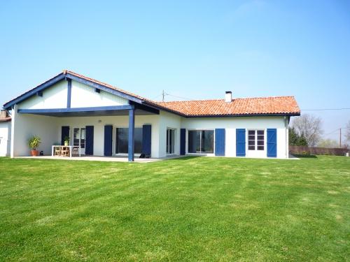 maison avec piscine pour 6 personnes urrugne avec vue montagne urrugne location pays basque 64. Black Bedroom Furniture Sets. Home Design Ideas